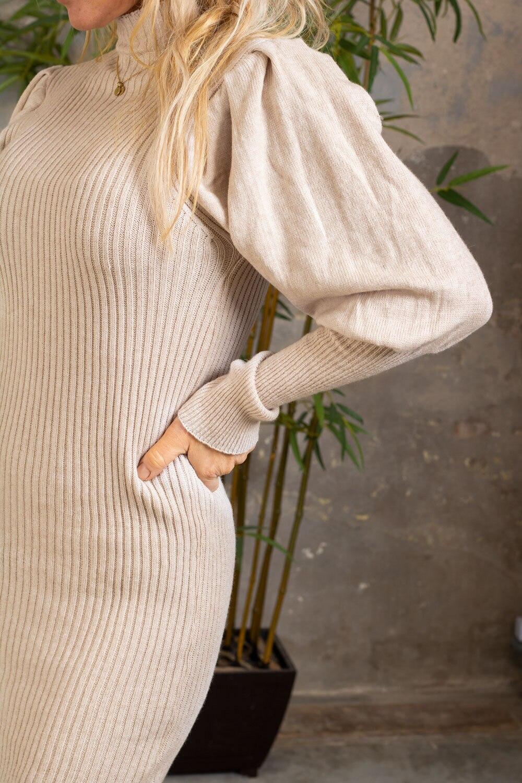 Jenna Stickad klänning - Puffärmar - Beige