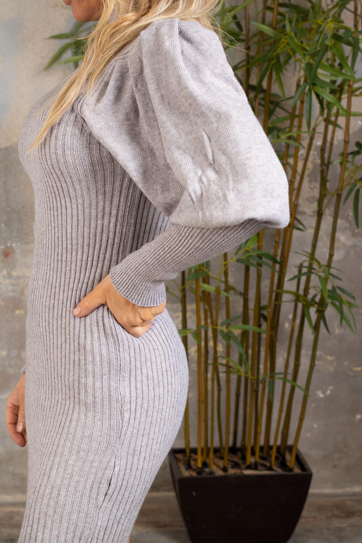 Jenna Stickad klänning - Puffärmar - Grå