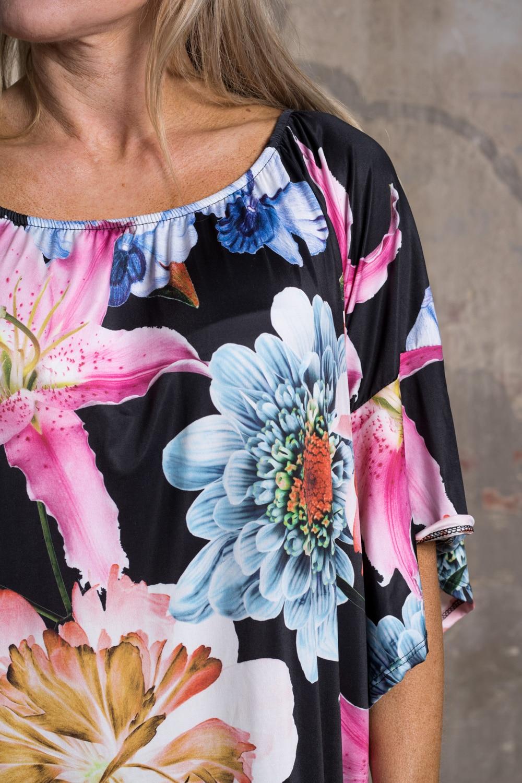 Lucinda---Klanning-med-Trumpetarm-o-Stora-blommor-svart-detalj