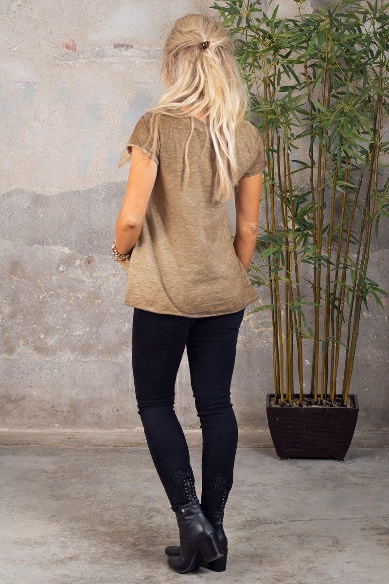 Marina---V-ringad-T-shirt---Mork-sand-bak