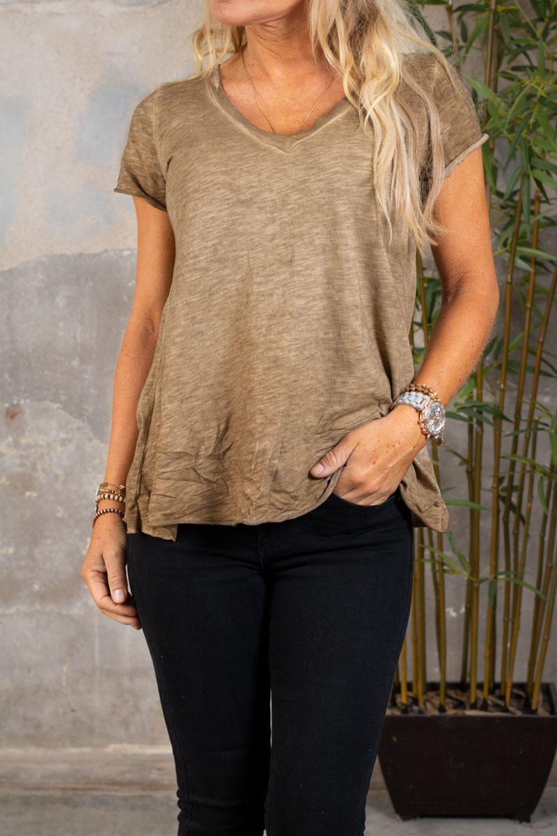 Marina---V-ringad-T-shirt---Mork-sand-fram