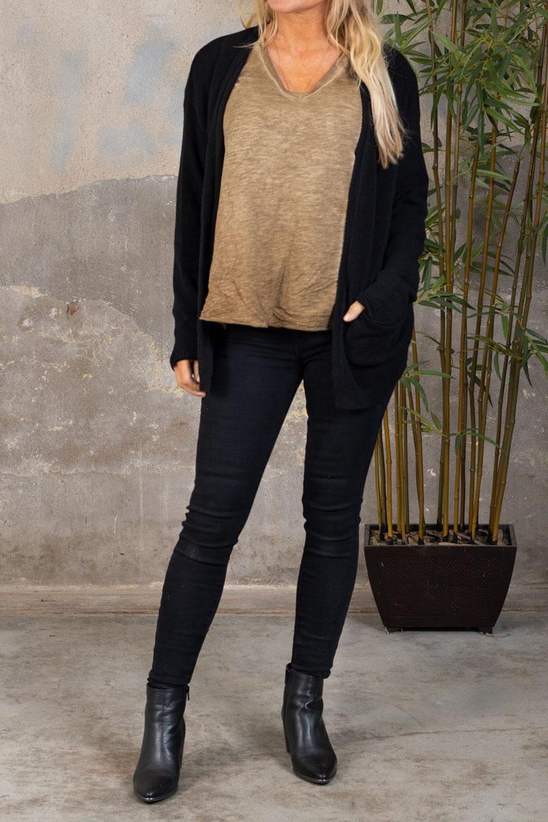 Marina---V-ringad-T-shirt---Mork-sand-kofta