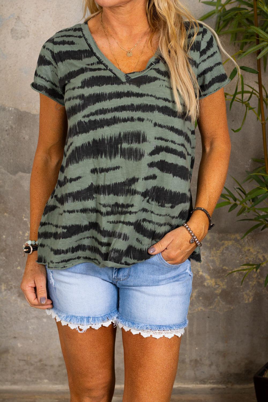 Marina - V-ringad T-shirt - Zebra - Khaki
