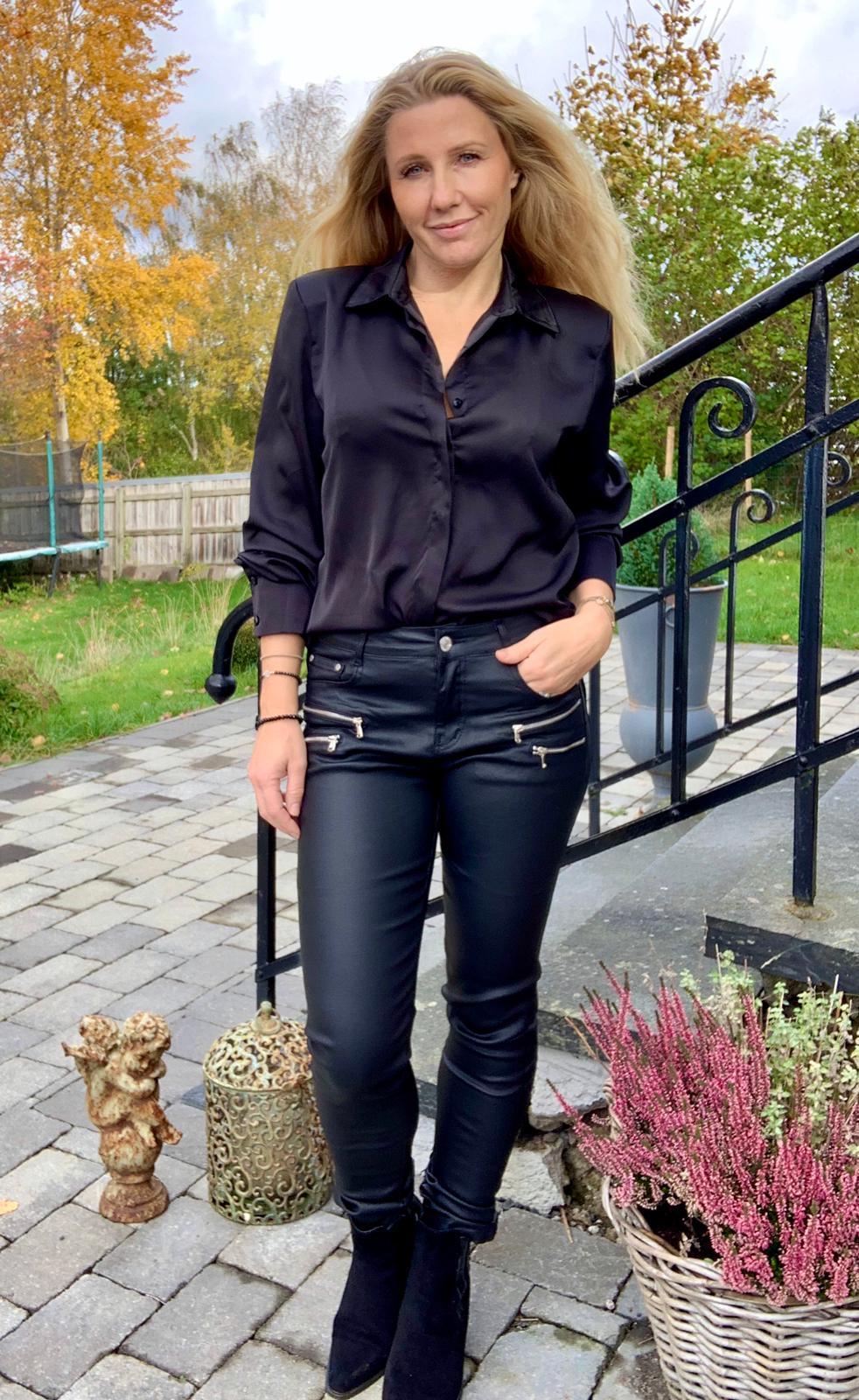 francine-sidenskjorta-svart-mobil3
