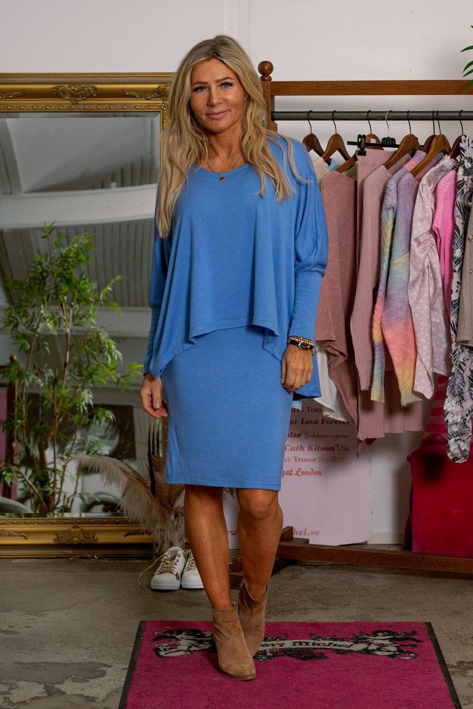 Naomi Finstickad klänning - Jeansblå